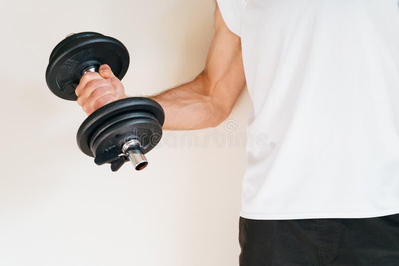 在健身房的人举的重量 库存照片