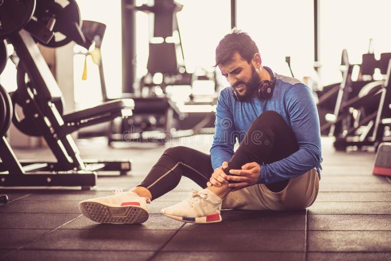 在健身房的伤害 免版税图库摄影