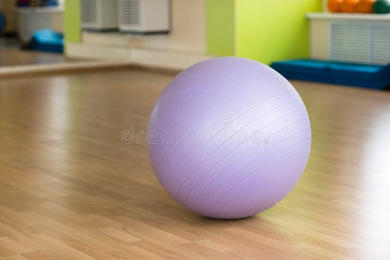 在健身房的健身球 库存照片