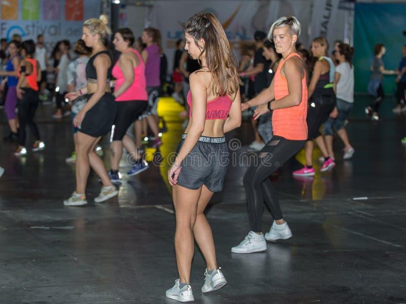 在健身房的健身锻炼:与音乐的锻炼 免版税库存照片