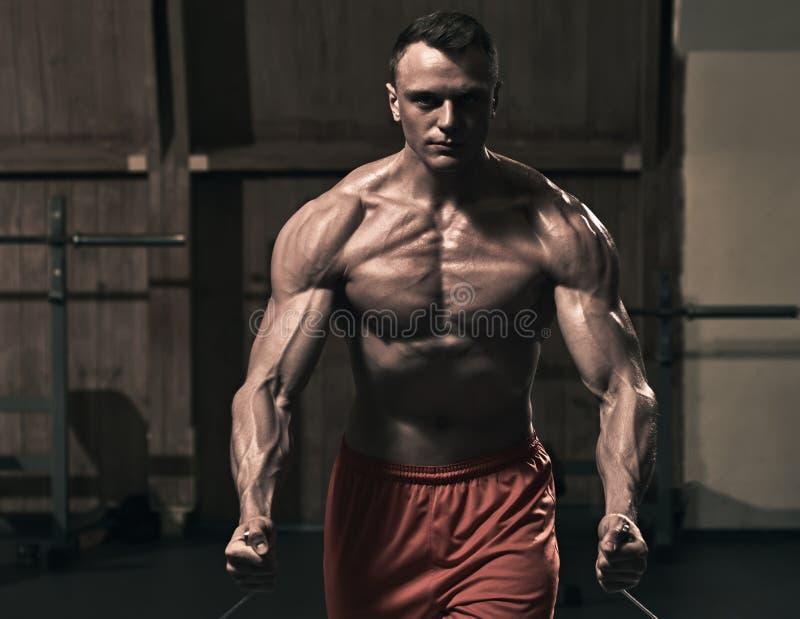 在健身房的坚硬训练 免版税库存图片