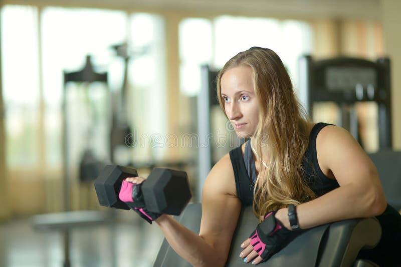 在健身房的妇女锻炼 免版税库存照片