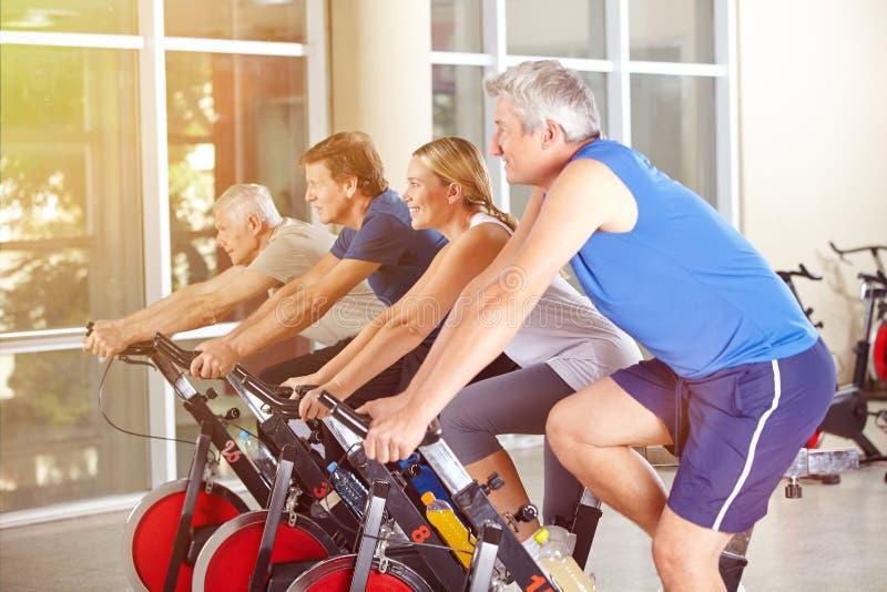 在健身房的小组行使在转动的 图库摄影