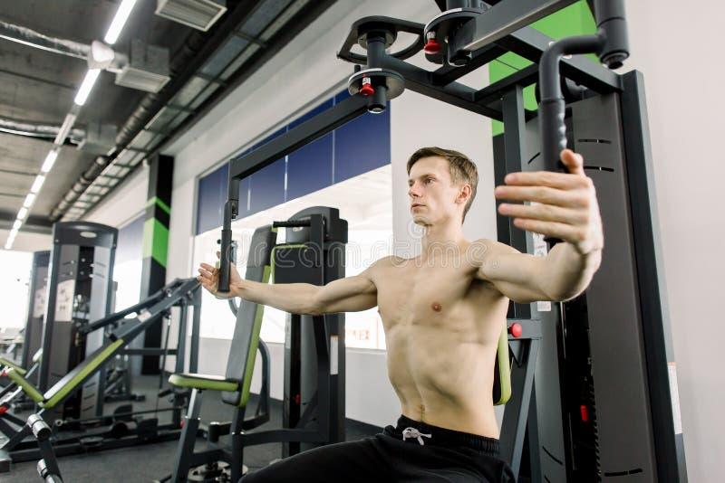 在健身房的年轻人训练 解决在健身房的被剥去的爱好健美者 库存照片