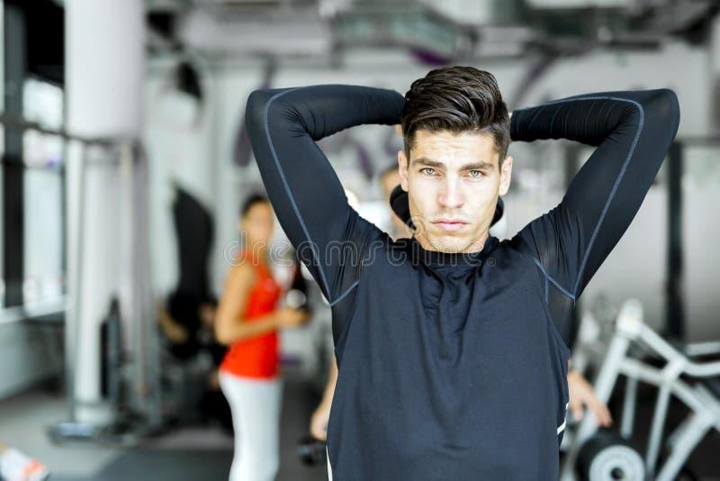 在健身房的年轻人训练 免版税库存照片