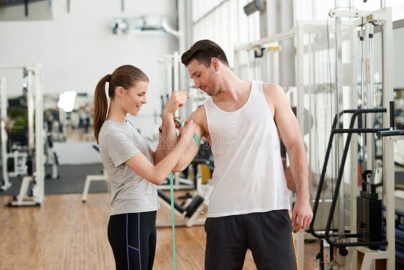 在健身房的年轻美好的夫妇 免版税库存图片