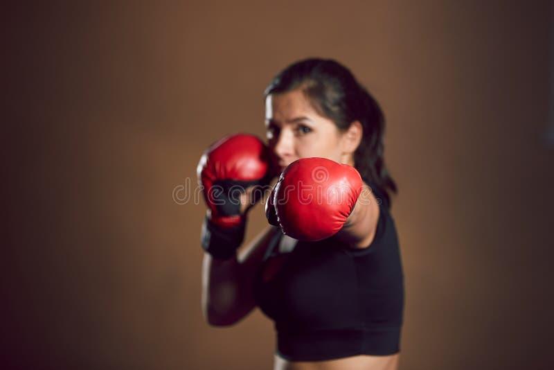 在健身房的年轻运动女孩战斗机火车 免版税图库摄影