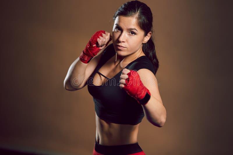 在健身房的年轻运动女孩战斗机火车 库存图片
