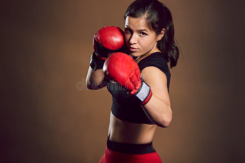 在健身房的年轻运动女孩战斗机火车 图库摄影