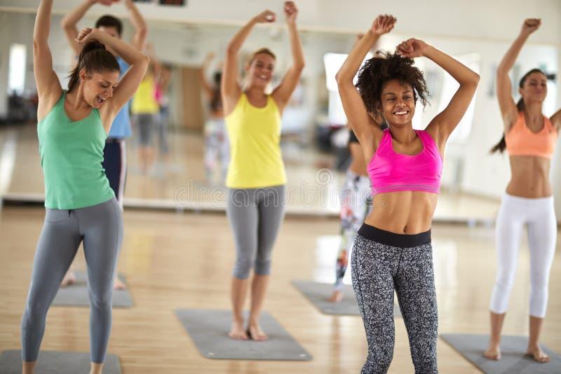 在健身房的快乐的妇女舞蹈 免版税库存照片