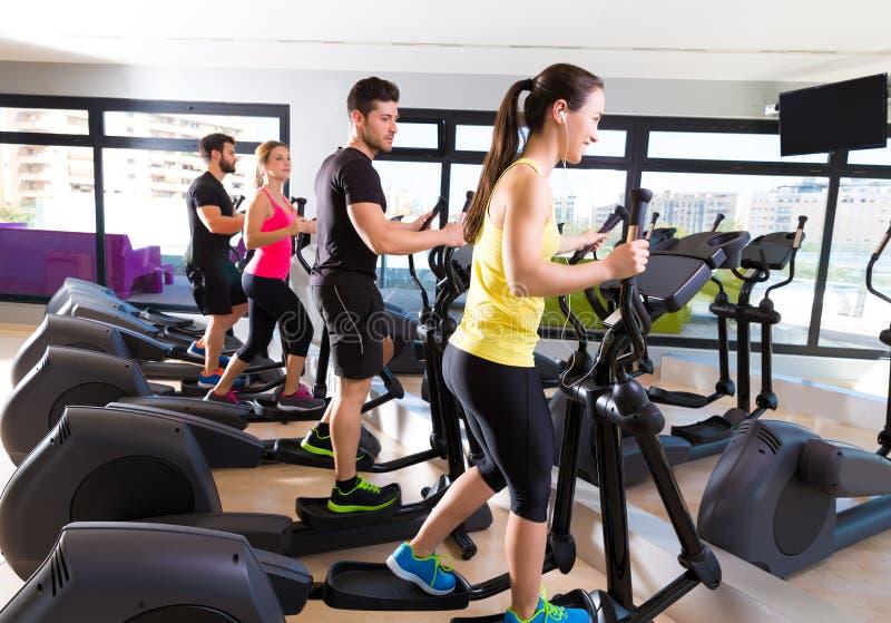 在健身房的有氧运动省略步行者教练员小组 库存图片