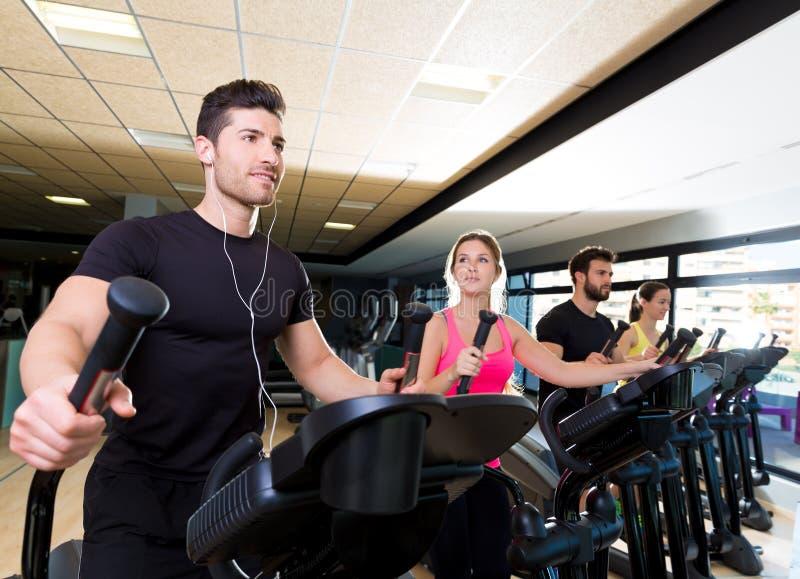 在健身房的有氧运动省略步行者教练员小组 图库摄影