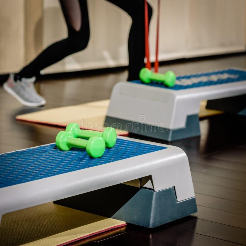 在健身房的步平台 免版税库存照片