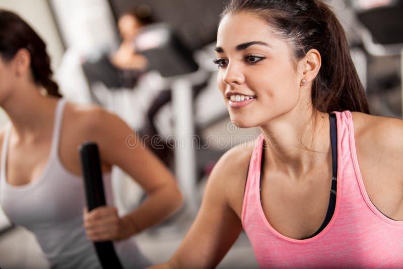在健身房的省略训练 图库摄影