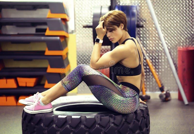 在健身房的美好的健身模型 库存图片