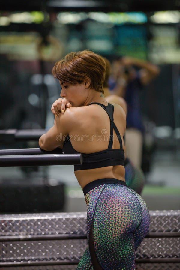 在健身房的美好的健身模型 免版税库存图片