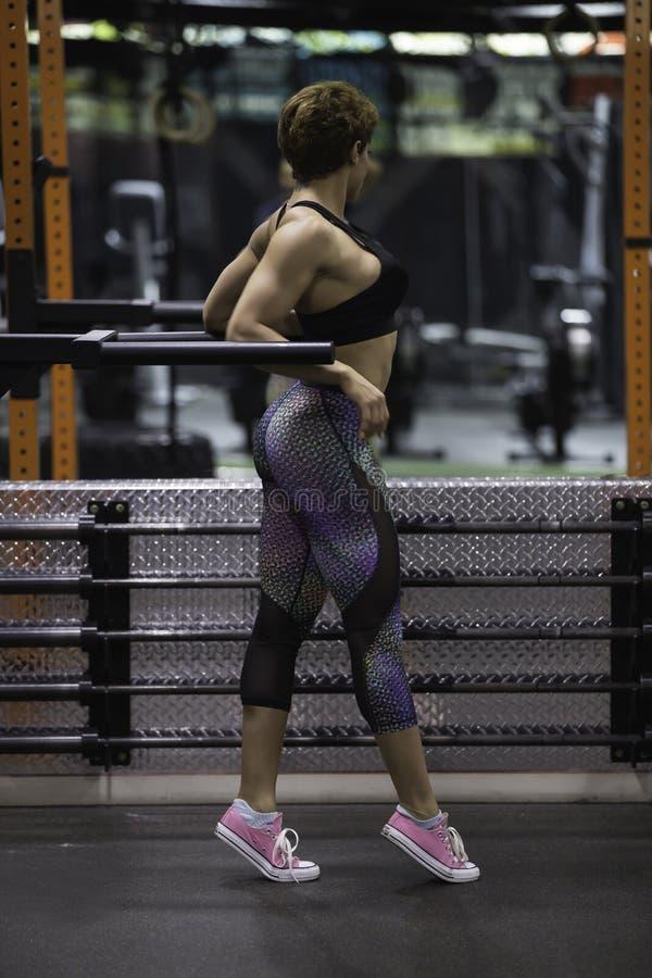 在健身房的美好的健身模型 免版税库存照片