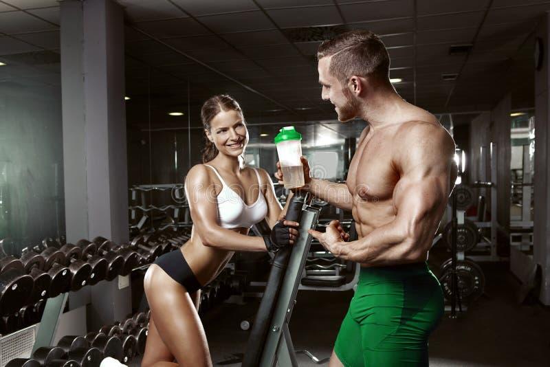 在健身房的美好的年轻运动的性感的夫妇 免版税图库摄影
