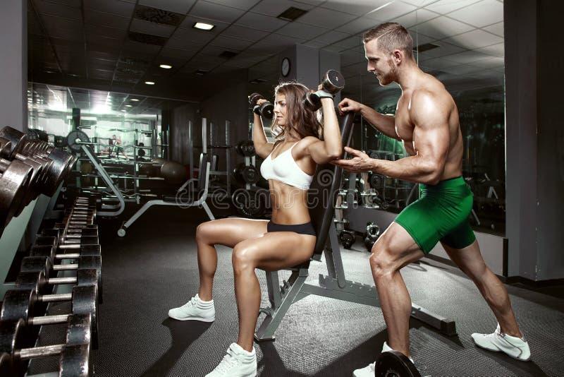 在健身房的美好的年轻运动的性感的夫妇 图库摄影