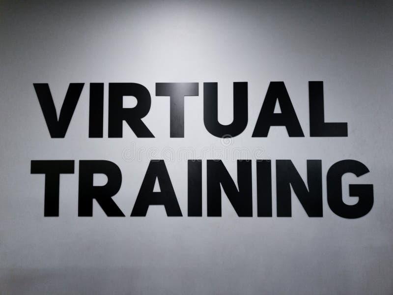 在健身房的诱导文本体育男人和妇女的能训练更加坚硬 图库摄影