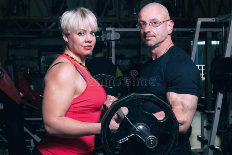 在健身房的运动的夫妇 免版税库存图片