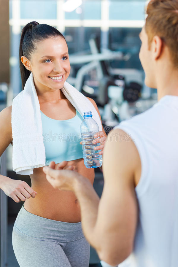 在健身房的运动的夫妇 免版税库存照片