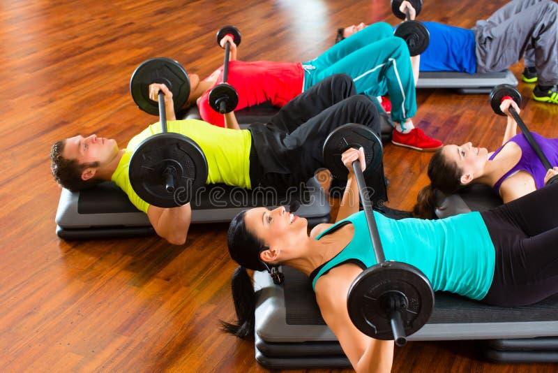 在健身房的重量培训与哑铃 免版税库存照片