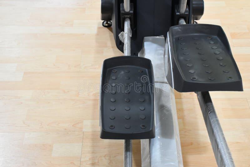 在健身房的锻炼机器 库存照片
