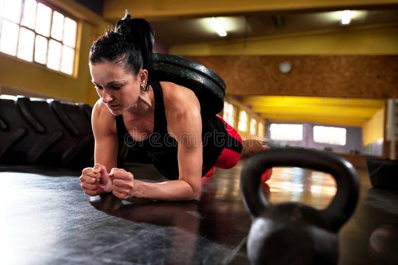 在健身房的锻炼,做与重量的坚硬强烈的训练 图库摄影