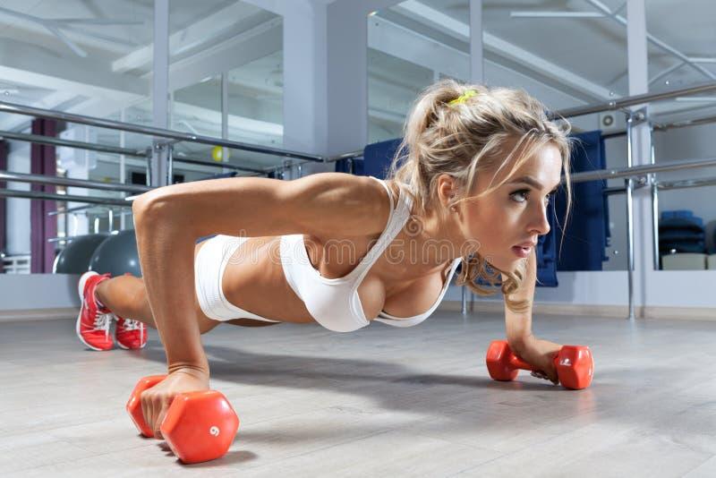 在健身房的锻炼 库存照片