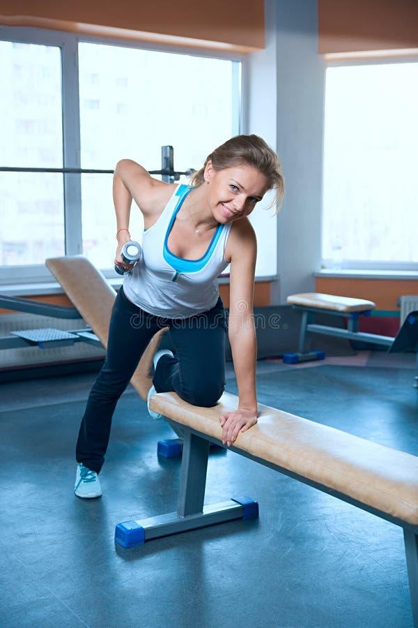 在健身房训练的妇女 库存图片