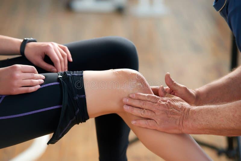 在健身锻炼期间的受伤的女性腿 库存图片