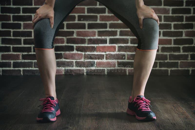 在健身锻炼训练,健康生活方式骗局以后采取休息 免版税库存照片