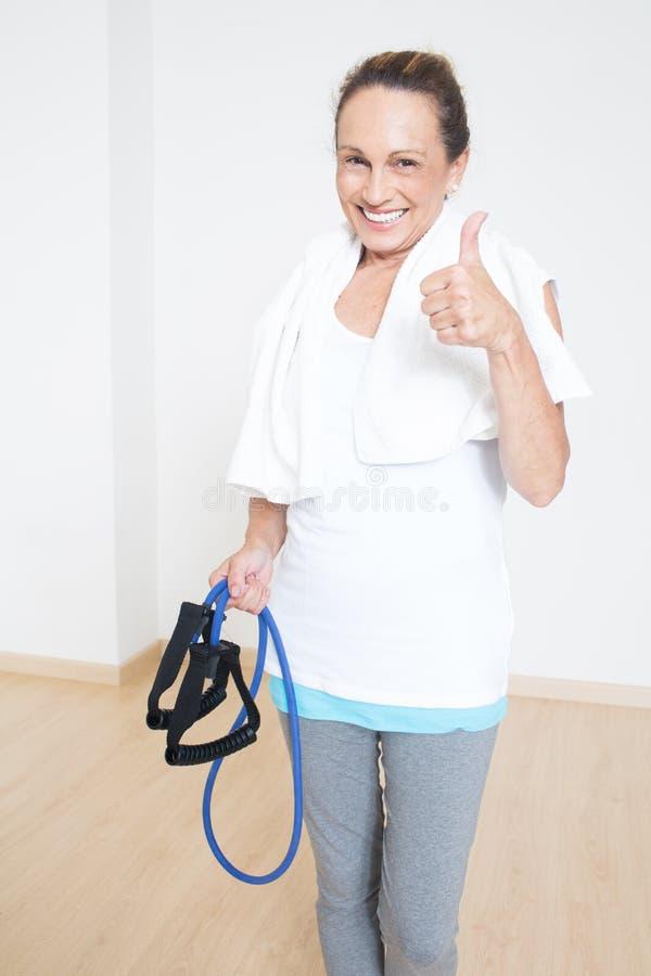 在健身锻炼以后的年长妇女 免版税库存照片