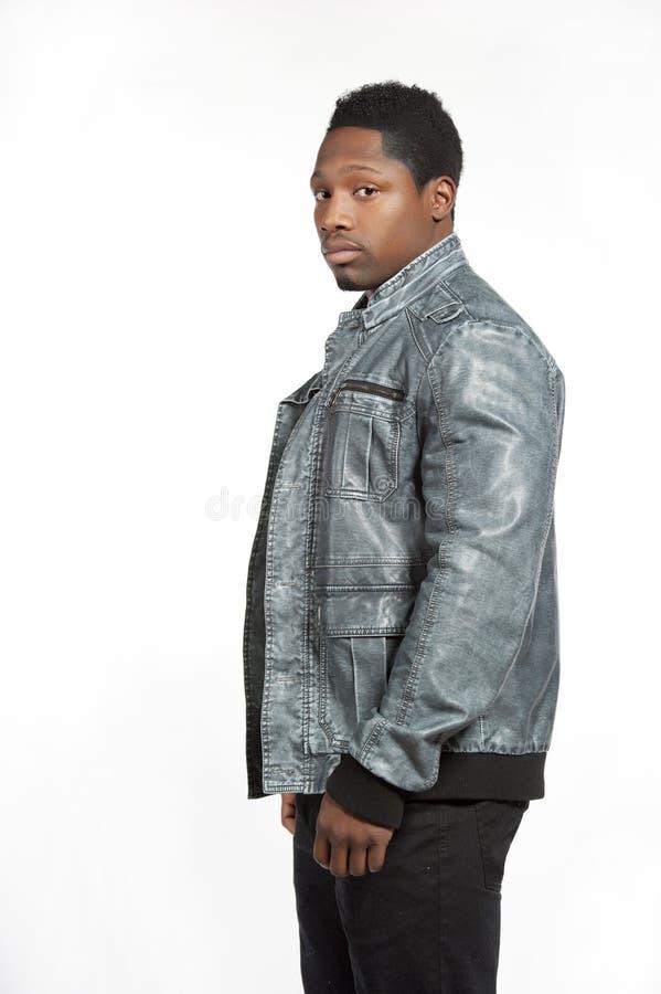 在偶然生活方式成套装备的黑男性 免版税库存照片