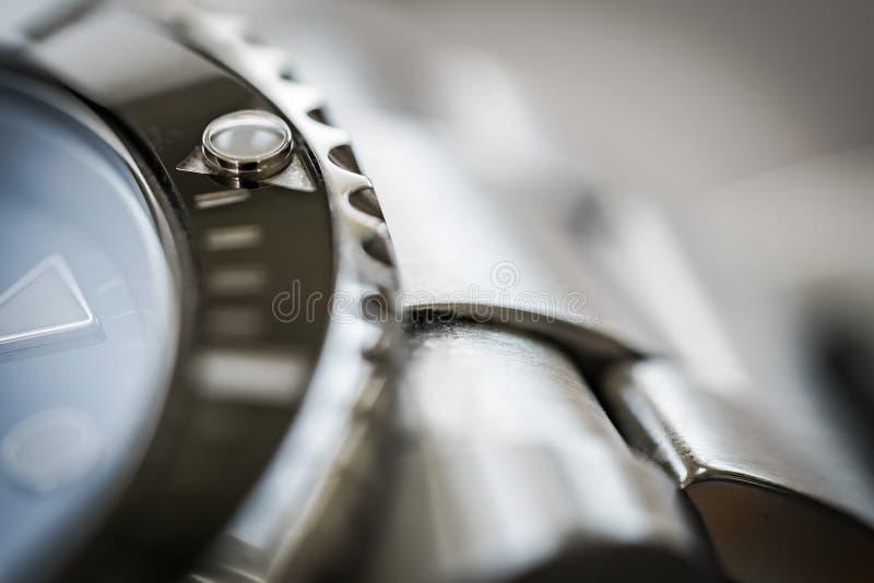 在偶象看见的转动的刃角的极端特写镜头,瑞士做机械潜水者手表 免版税库存图片
