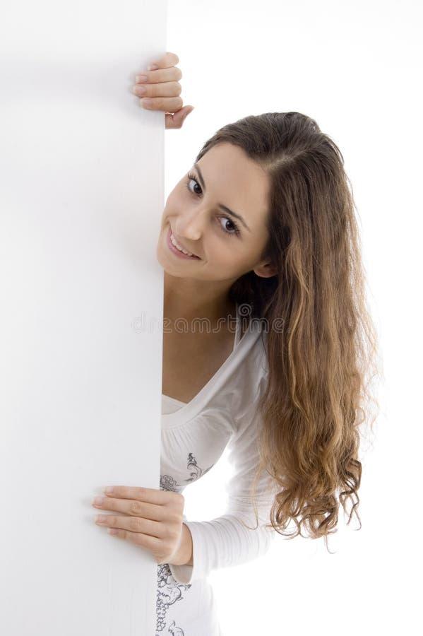 在偷看招贴妇女年轻人的白种人 图库摄影