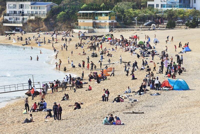 在傅家庄海滩,大连,中国的人群 图库摄影