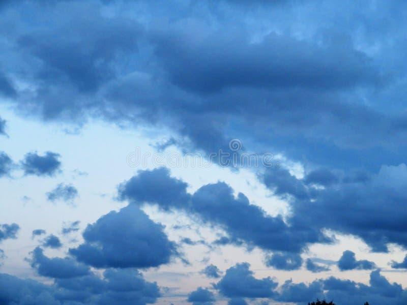 在傍晚冬天天空的云彩在南郡都伯林 免版税图库摄影