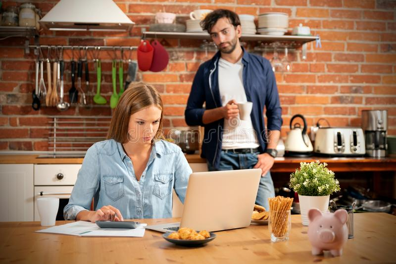 在储款和家庭预算概念的年轻夫妇 免版税库存照片