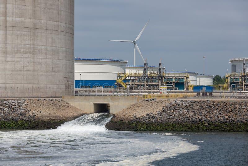 在储油坦克荷兰港Rotteram附近的废水放电 免版税库存照片