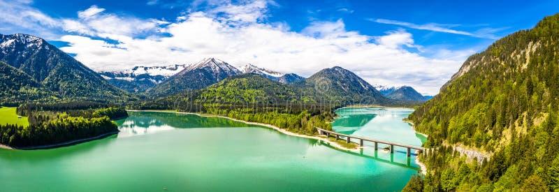 在储积湖Sylvenstein,上部巴伐利亚的令人惊讶的桥梁 r 5月,德国 免版税图库摄影
