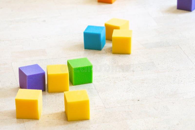 在儿童操场的多彩多姿的软的泡沫立方体 明亮的五颜六色的玩具 孩子党娱乐和装饰 库存照片