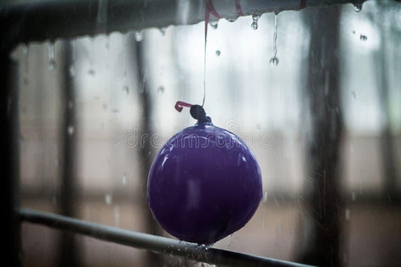 在儿童气球和金属扶手栏杆,夏天雨的下落 库存照片