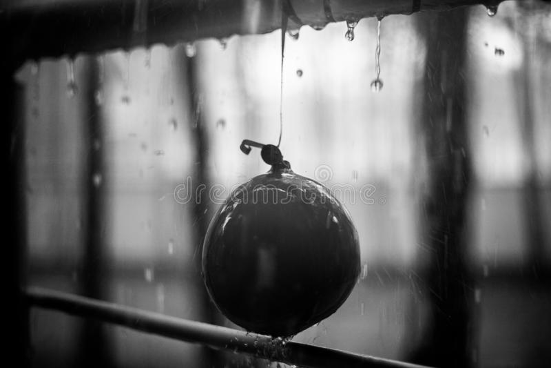 在儿童气球和金属扶手栏杆,夏天雨, bnw照片的下落 免版税库存图片