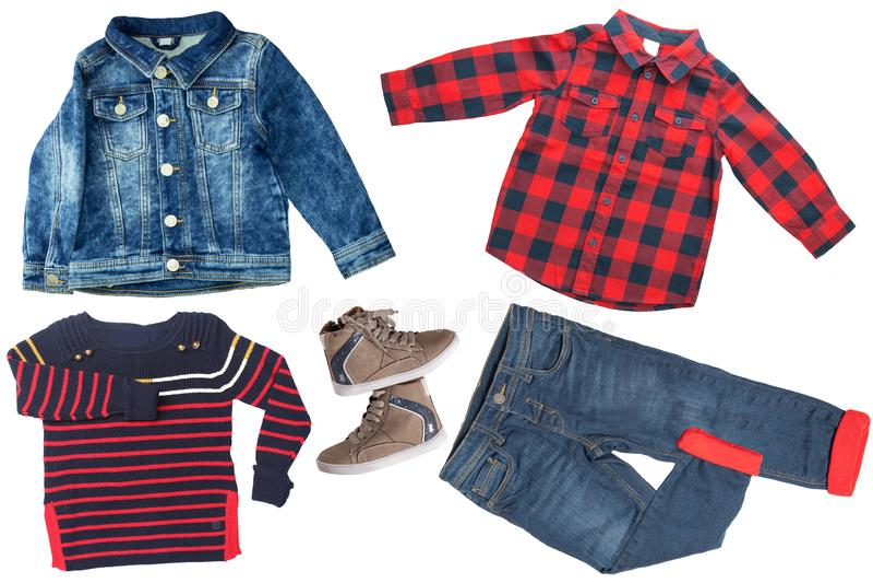 在儿童男孩套的顶视图衣裳 服装衣物拼贴画  牛仔裤、衬衣、鞋子和在白色隔绝的牛仔裤夹克 免版税库存图片