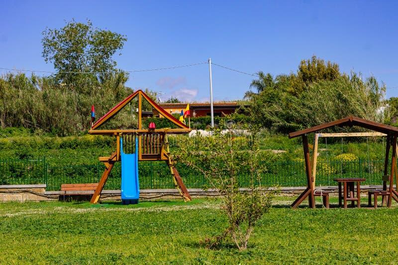 在儿童的乘驾的公园,幻灯片,摇摆 图库摄影