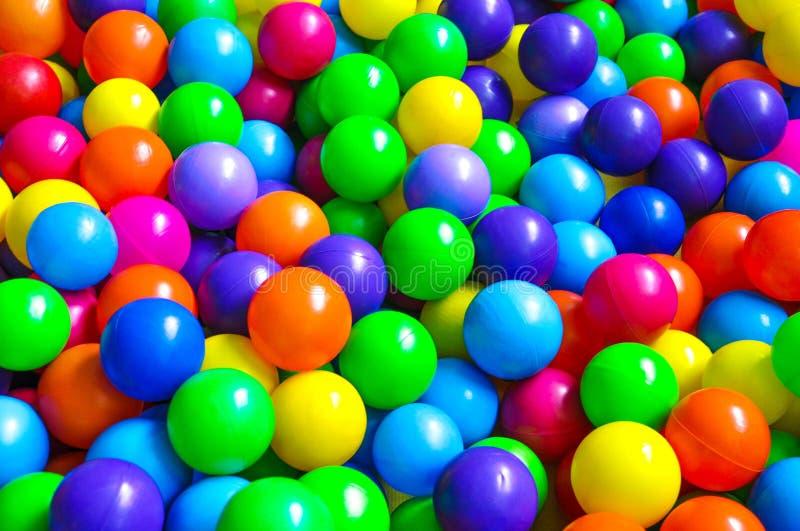 在儿童的游乐场的明亮的塑料球 免版税库存照片