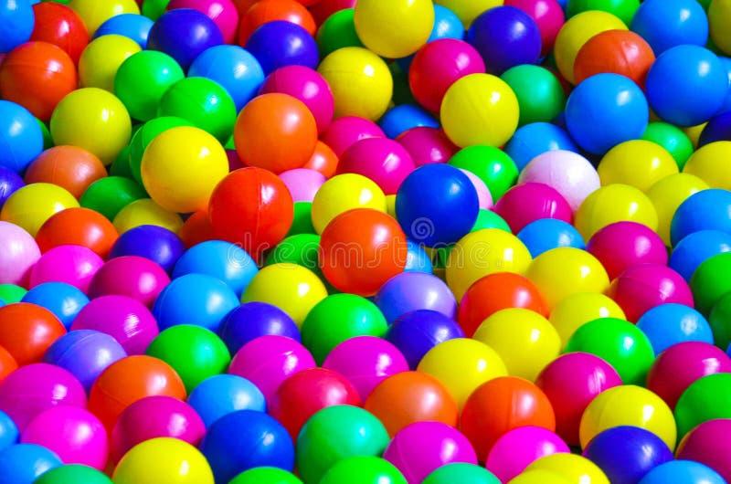 在儿童的游乐场的明亮的塑料球 免版税图库摄影