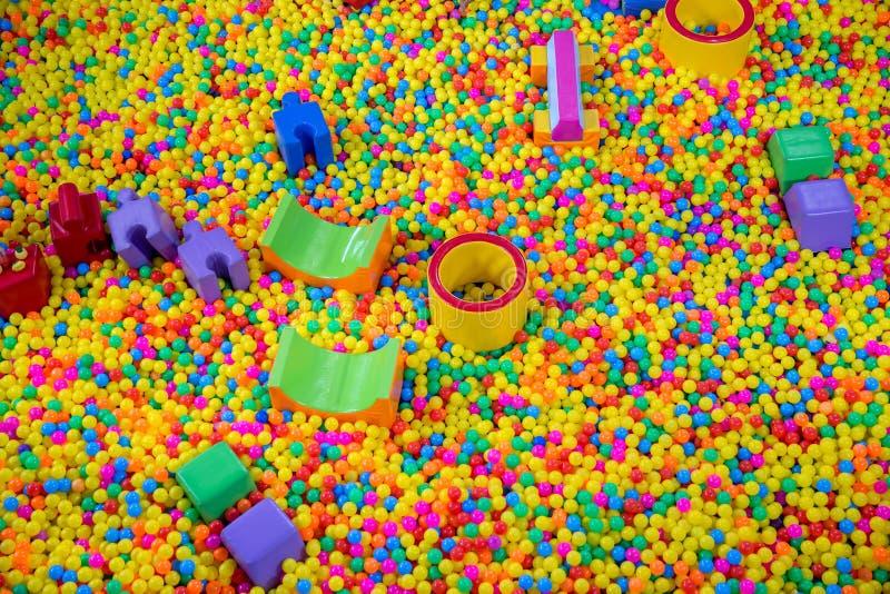 在儿童的游戏室的球水池 在儿童` s操场的五颜六色的塑料球 免版税库存图片